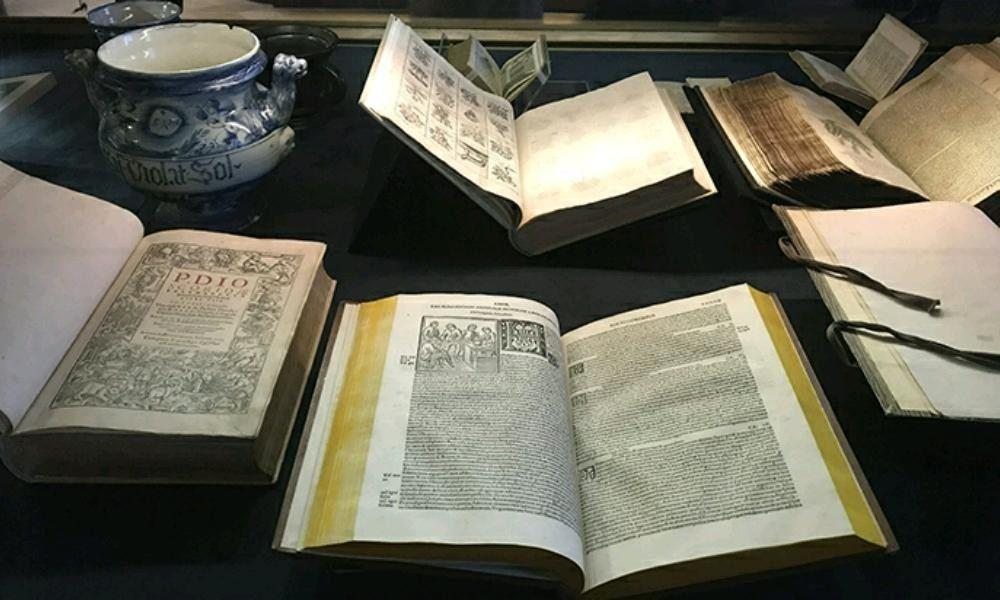 "Scientific treatises in the ""Raw materials, treatises and recipe books"" section."
